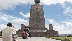 A 33 km. de Quito se encuentra la Mitad del Mundo o línea del ecuador.