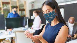 Las mascarillas corporativas son hoy indispensables en los uniformes de los hoteleros.