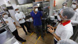 Ministro Vásquez anunció reinicio de operaciones de restaurantes.