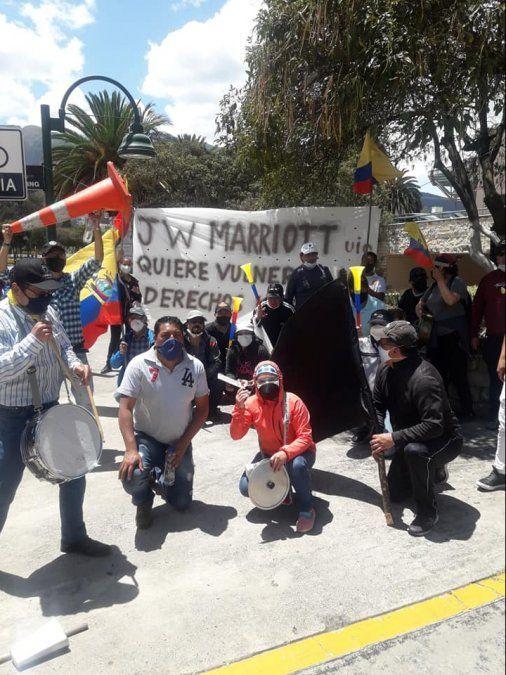 Ex trabajadores de JW Marriott Quito durante plantón en las afueras del hotel
