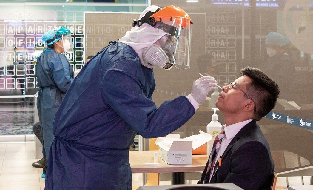 Realización de pruebas Covid-19 en el Aeropuerto Internacional de Quito